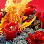 Adventkränze und Christbäume fangen leicht Feuer